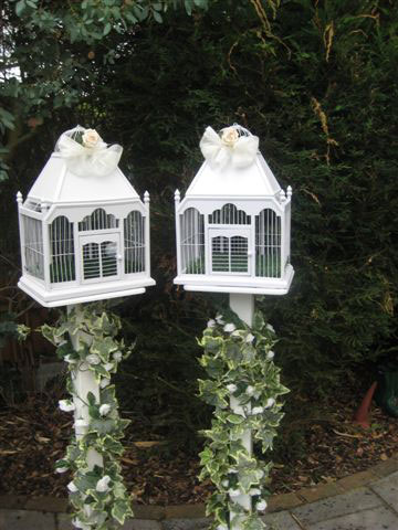 wedding-cages-on-tall-stands