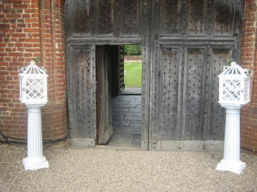 wedding-cages-sat-on-columns